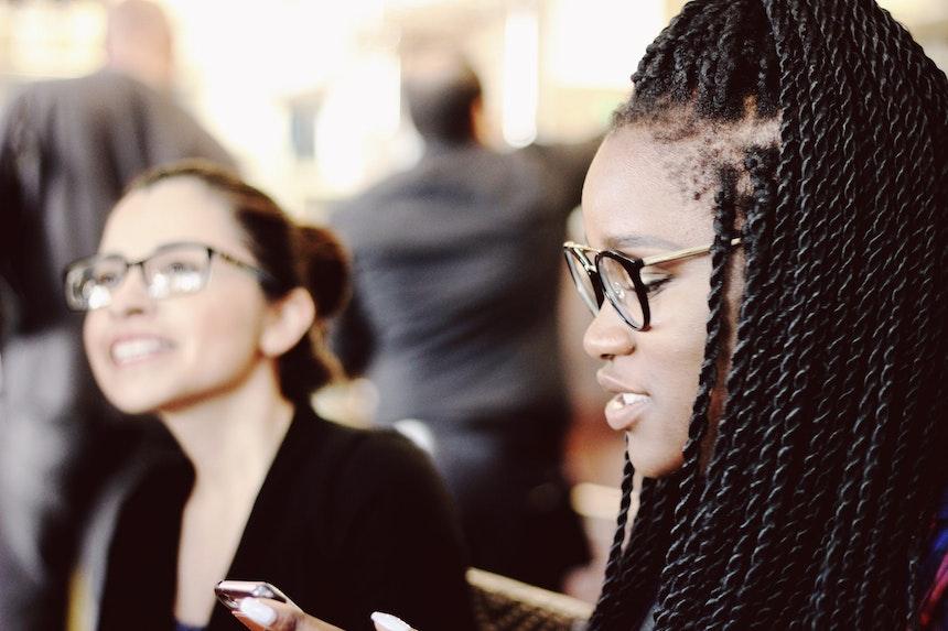 Women talking in a cafe.