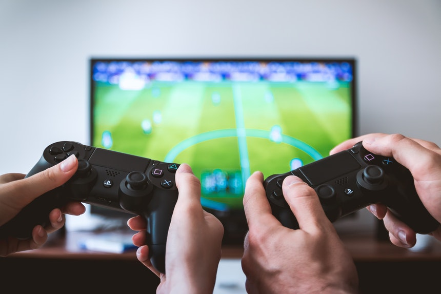 two-people-playing-fifa